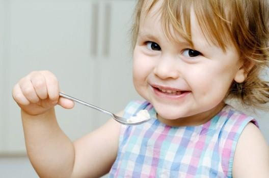 Mit einem Lätzli ist die Babykleidung geschützt