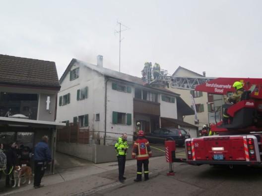 Oberwil BL: Brand in Einfamilienhaus erfordert Feuerwehreinsatz