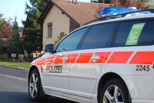 Lachen SZ: Deutscher Fahrer schlägt zu – Passant krallt sich an Motorhaube fest