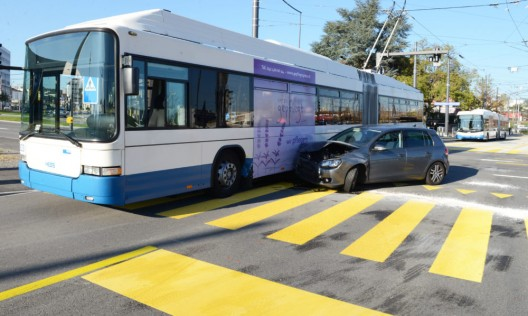 Emmenbrücke LU: Grosser Rückstau nach Kollision zwischen Auto und vbl-Bus