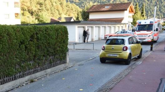 Domat/Ems GR: Junge in Personenwagen gerannt und mittelschwer verletzt