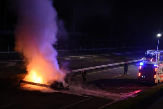 Chur GR / Autobahn A13: Auto fängt bei Verkehrsunfall Feuer - Vollbrand