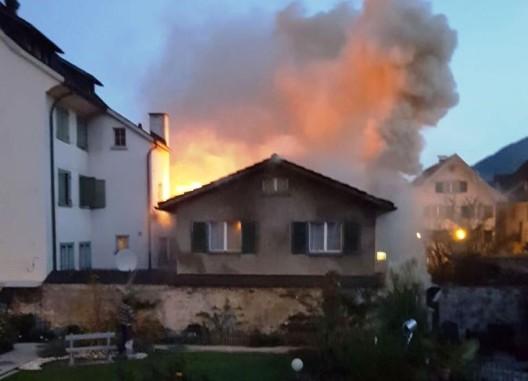 Näfels GL: Brand in Wohn- und Geschäftshaus mit grossem Schaden