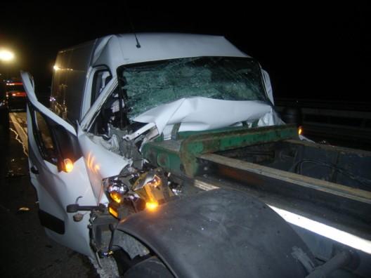 Wassen UR: Kleinbus fährt auf Schwerfahrzeug auf – Fahrer verletzt