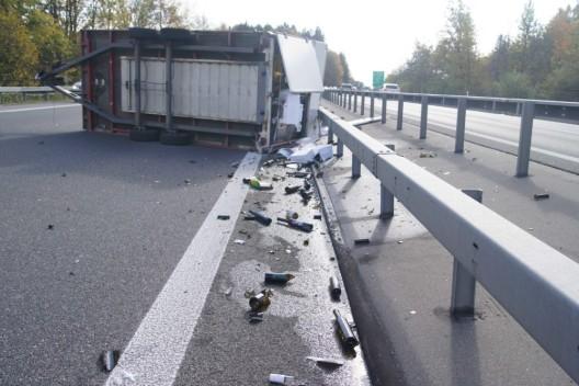 Knonau (ZH) / A4: Anhänger mit Weinflaschen und Mobiliar umgekippt