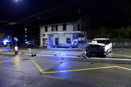 Stadt Zürich: Taxi jagt Auto – Lenker (19) in Bushaltestelle gelandet und verletzt