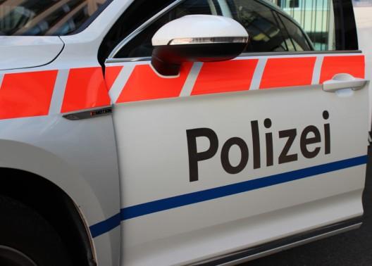 Baar ZG: Fahrradfahrerin (33) bei Kollision mit Auto verletzt - Zeugenaufruf