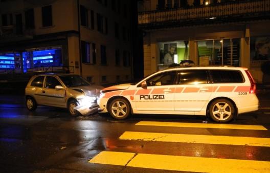 Seewen SZ: Frontal mit Polizeifahrzeug kollidiert – zwei Personen verletzt