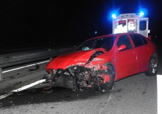 Steinen SZ / A4: Sekundenschlaf - Autofahrer prallt in Mittelleitplanke