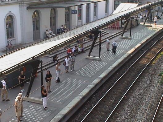 Stadt Zürich: Passanten retten Baby im Kinderwagen auf Bahngleis vor Zug