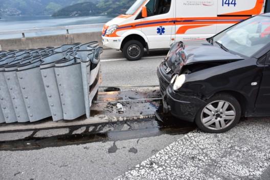 Beckenried NW / A2: PW prallt heftig in Aufpralldämpfer bei Autobahnausfahrt