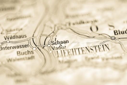 Schaan (FL): Betrunkener schlägt und tritt einen Passanten – Mann verletzt