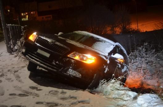 Herisau AR: Auto auf schneebedeckter Fahrbahn über Böschung gerutscht