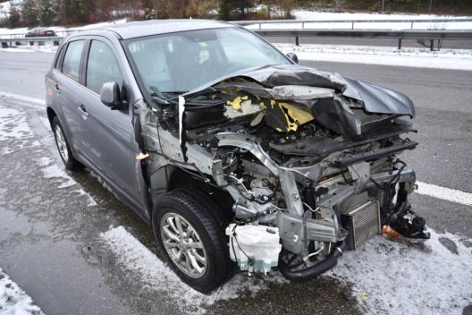 Gossau SG / A1: Auto prallt gegen Reisecar – Lenkerin leicht verletzt