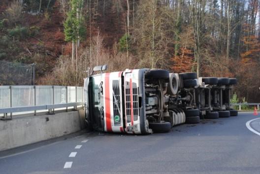 Neuhausen am Rheinfall SH: LKW kippt in Kreisverkehr um - exklusive Bilder (Video)