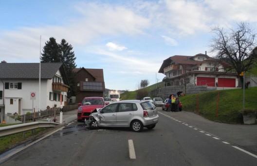 Schindellegi SZ: Unfall mit drei Fahrzeugen - PW-Lenkerinnen unbestimmt verletzt