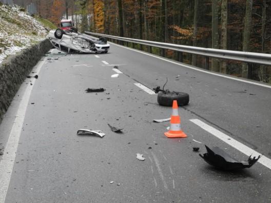 Rickenbach SZ: Autofahrer (23)  in PW geprallt und auf dem Dach gelandet