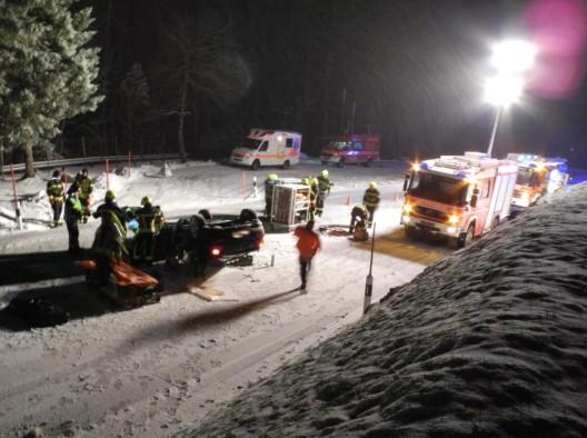 Sattel SZ: Autofahrer bei Selbstkollision auf schneebedeckter Fahrbahn verletzt