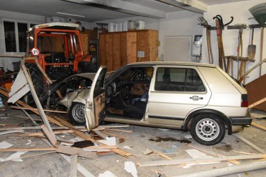Wolfertswil SG: Autofahrer (18) durchschlägt Garagentor und verletzt sich