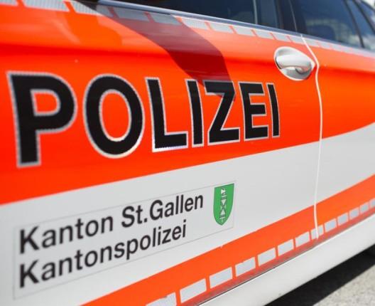 St.Peterzell SG: Fahrunfähiger Lenker überschlägt sich mit Lieferwagen