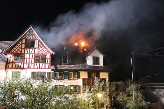 Oberrieden ZH: Brand auf Balkon ausgebrochen - grosser Schaden (Video)