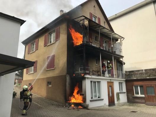 Binningen BL: Brand auf Balkon eines Mehrfamilienhauses ausgebrochen
