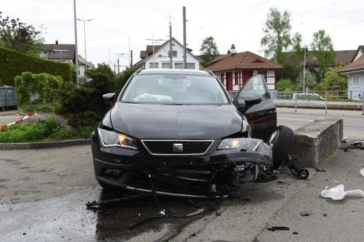 Egg ZH: Autofahrerin (24) kollidiert frontal mit einer Mauer - Zeugen gesucht