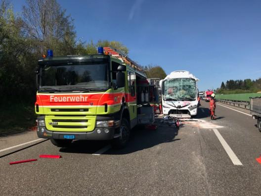 Winterthur ZH / A1: Auffahrkollision mit Reisecar fordert 15 Verletzte (Video)