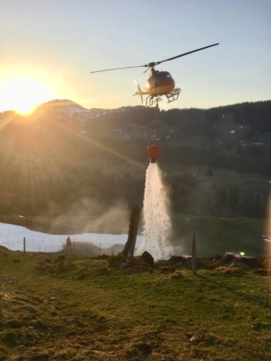 Blumenstein BE: Löscheinsatz wegen Waldbrand - Löschhelikopter im Einsatz