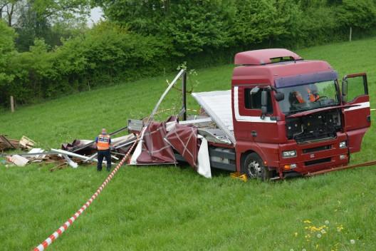 Eich LU: LKW rollt rückwärts eine Wiese hinunter - Chauffeur verletzt
