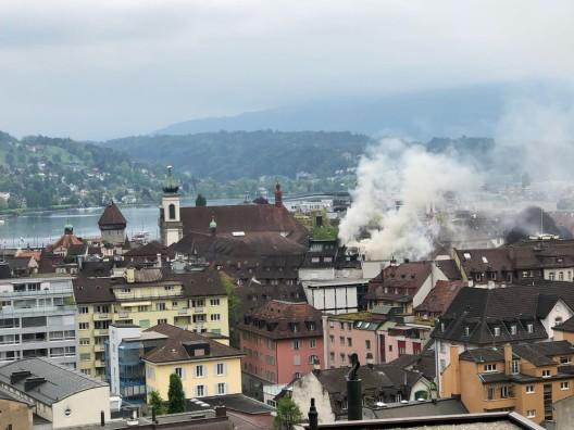 Stadt Luzern: Brand im Hotel & Restaurant Schlüssel – Löscharbeiten dauern an