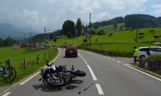 Urnäsch AR: Autolenkerin übersieht Motorradfahrer – beide Lenker verletzt