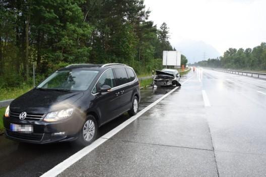 Buchs SG: Autofahrer rutscht auf nasser Fahrbahn gegen Leitplanke