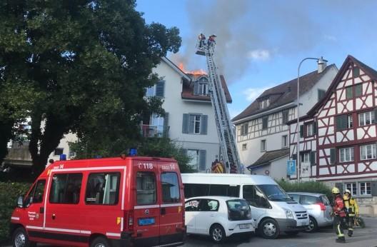 Thayngen SH: Dachstock eines Mehrfamilienhauses in Brand geraten