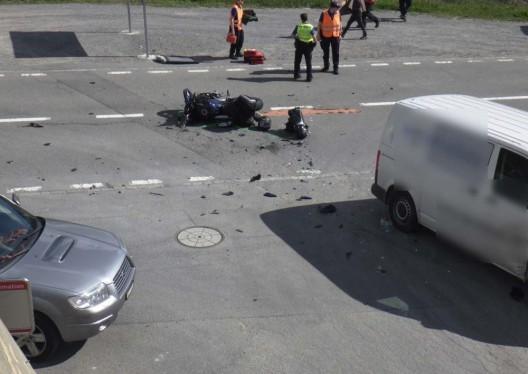 Andermatt UR: Kollision zwischen Lieferwagen & Motorrad – 1 Person verletzt
