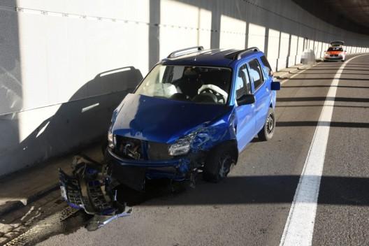St.Gallen SG / A1: Mit Auto gegen Tunnelwand geraten – Beifahrerin verletzt