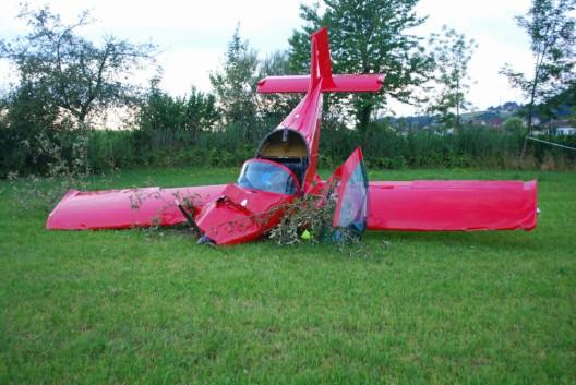 Triengen LU: Kleinflugzeug stürzt bei Landung auf Wiese ab