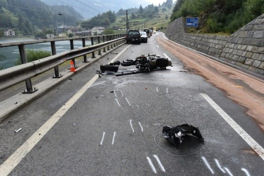 Miralago GR: Automobilist kollidiert frontal mit Motorrad - Rega im Einsatz