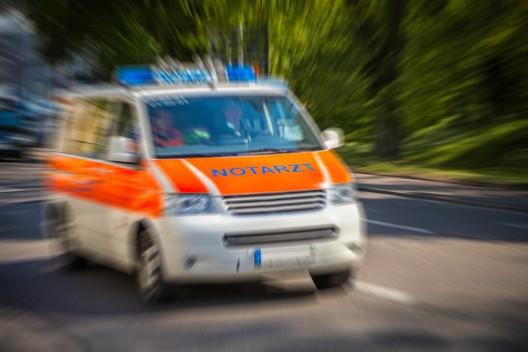 Junger Mann fällt von Strommast - landet auf vorbeifahrendem Auto
