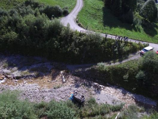 Schwarzsee FR: Auto landet im Bach und fordert einen Schwerverletzten