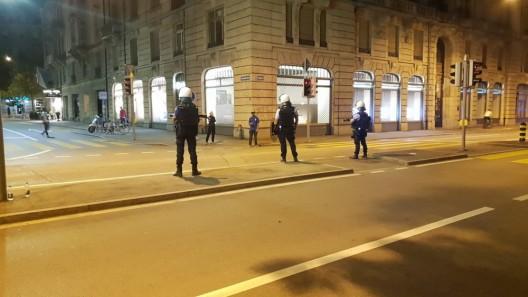 Zürich ZH / Zeugenaufruf: Polizei & Sanität bei Rettungseinsatz massiv angegriffen