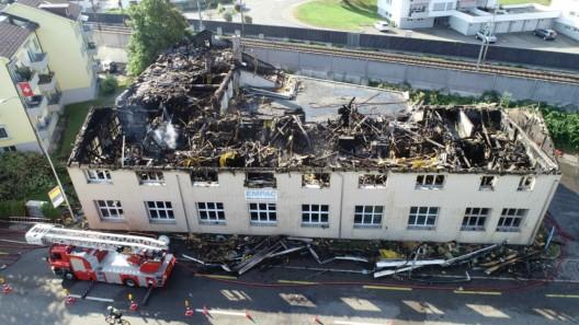 Bäch SZ: Industriegebäude in Brand geraten – Feuerwehrmann leicht verletzt