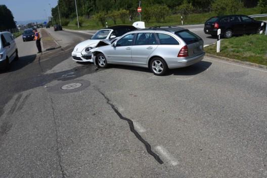 Rapperswil-Jona SG: Autofahrer prallt frontal in linke Autoseite