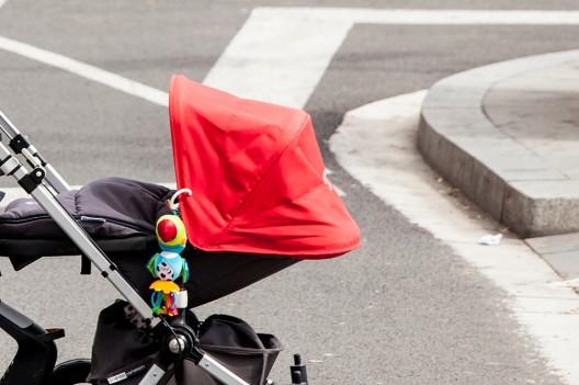 Kinderwagen von Auto erfasst - 4 Monate altes Kind schwer verletzt