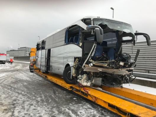 Zürich ZH / A3W: Reisecar verunglückt – eine Frau verstorben – über 40 Verletzte