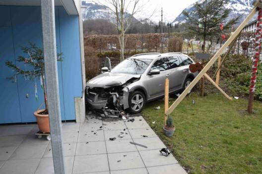 Sarnen OW: Personenwagen landet nach Zusammenprall im Garten