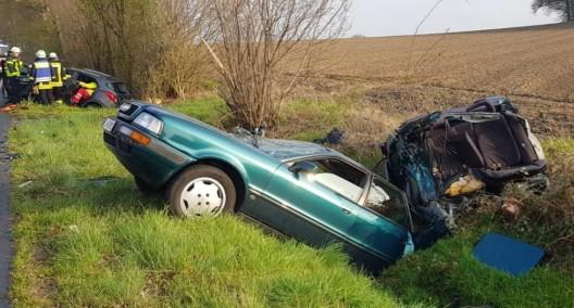 Schwerer Verkehrsunfall - Pkw in zwei Teile zerrissen