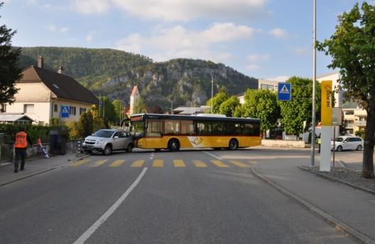 Balsthal SO: Kollision zwischen Postauto und Auto – die Polizei sucht Zeugen