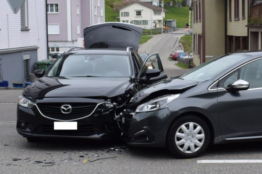 Herisau AR: Kollision zwischen zwei PWs - Schaden mehrere Tausend Franken