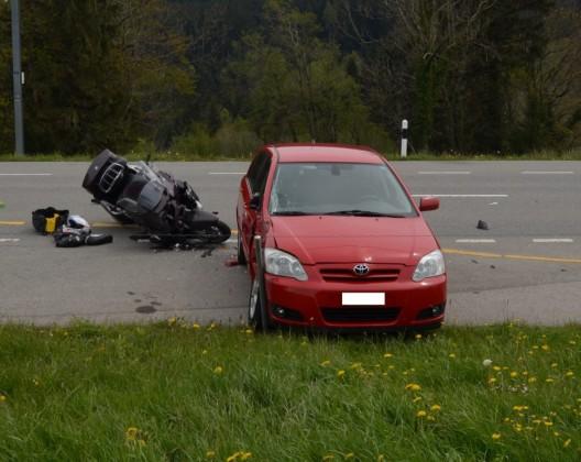 Gais AR: Motorradlenker und Begleiterin bei Zusammenprall mit Auto verletzt